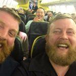 機内にそっくりさんの写真話題に!